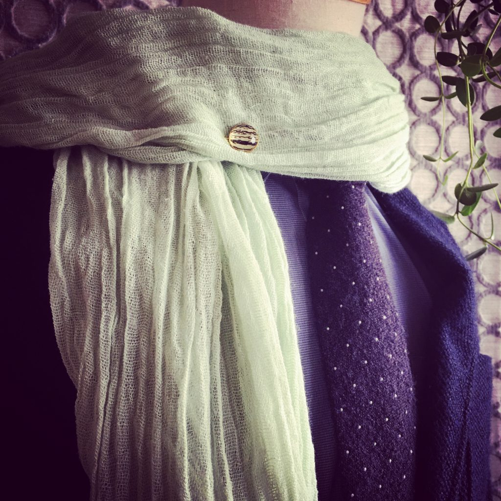 スカーフをハットピンで留めた