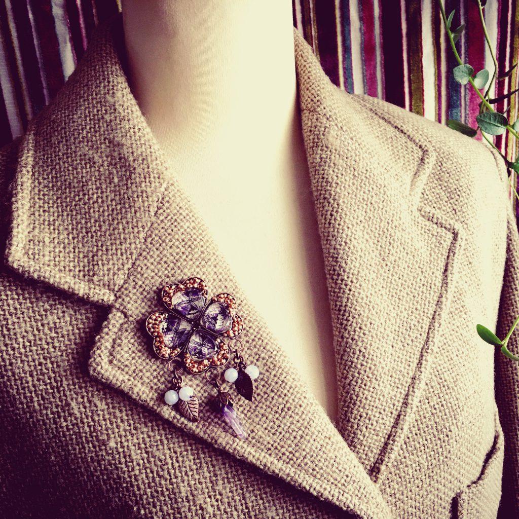 紫のブローチをつけたジャケット