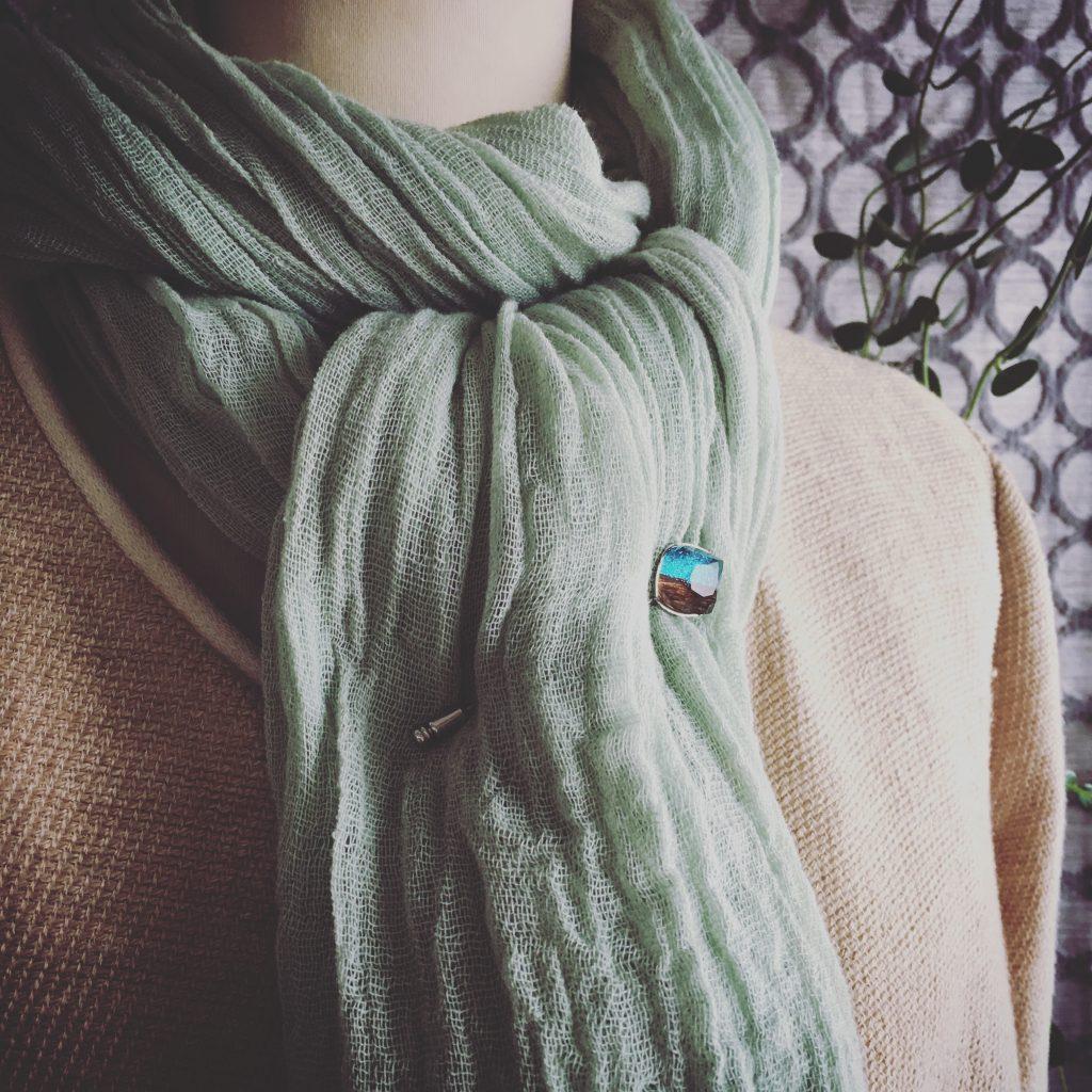 グリーンのスカーフとハットピン