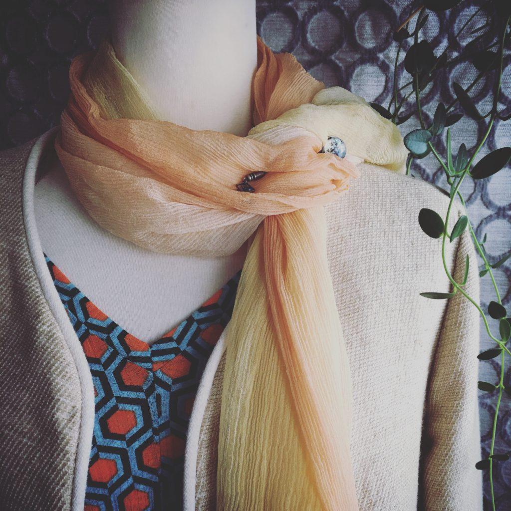 オレンジのスカーフとハットピン