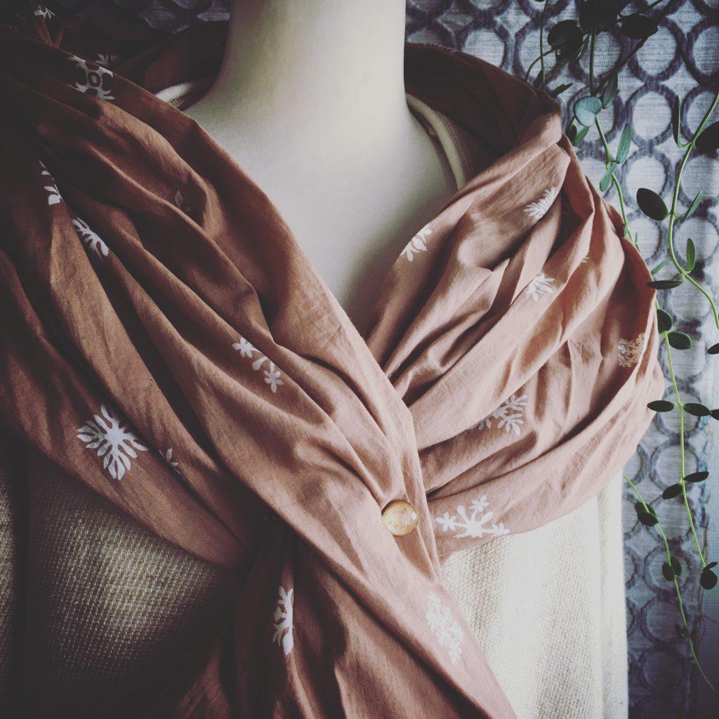 ベージュのスカーフとハットピン