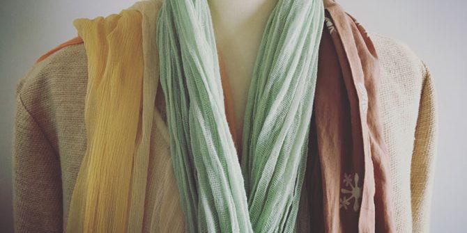 ベージュのコートにスカーフ三種
